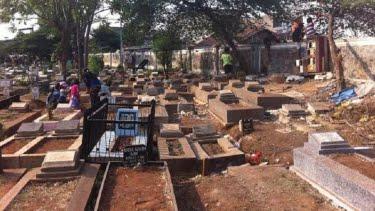 Ustaz Abdul Somad Bicara Hukum Melangkahi Makam ? VIVA